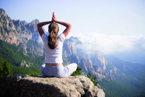 femme faisant du yoga ‡ la montagne
